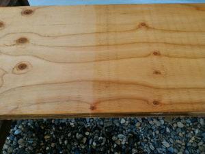 木部用撥水材サーファポアWを塗布後タオルで一拭きしたあとの様子